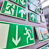 Warn- und Fluchtweg-Schilder